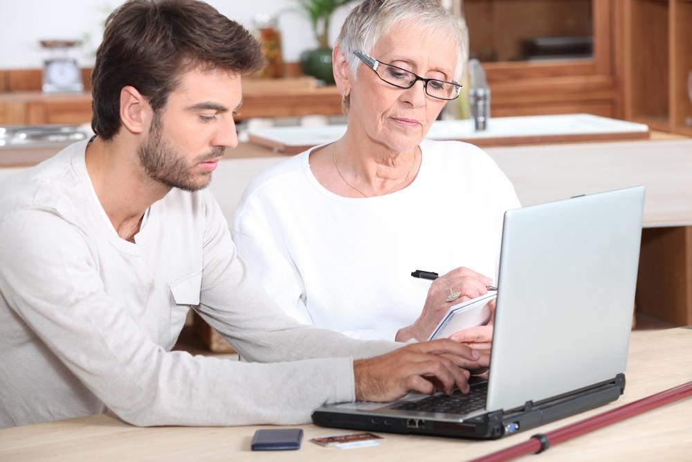 ict medewerker helpt oudere vrouw
